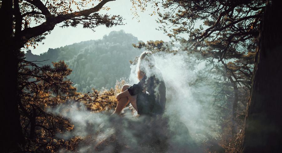 Девушка в туманном лесу