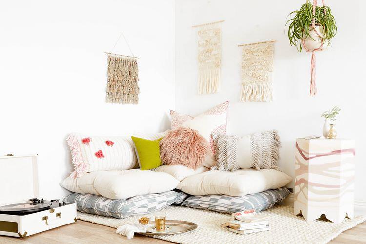 уютная гостиница подушки на полу