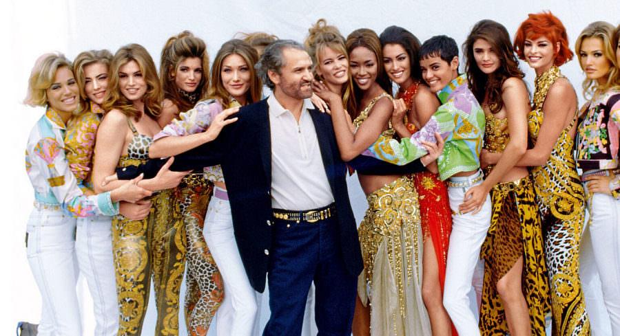 Джанни Версаче в окружении моделей