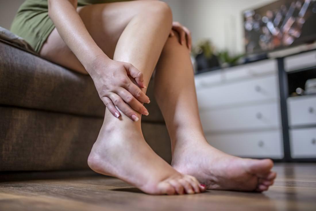 отекают ноги у женщины